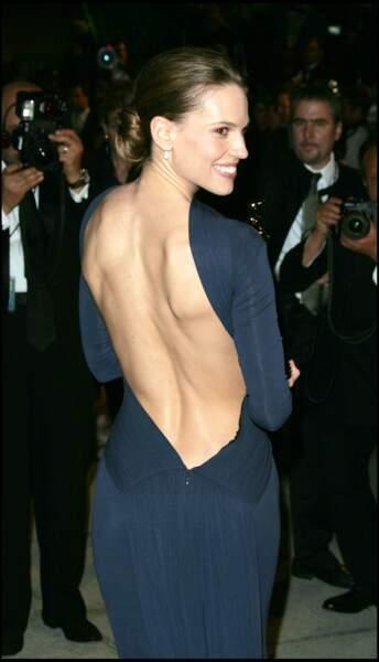 Hilary Swank avec un dos nu renversant pour recevoir un Oscar de la meilleure actrice en 2005.