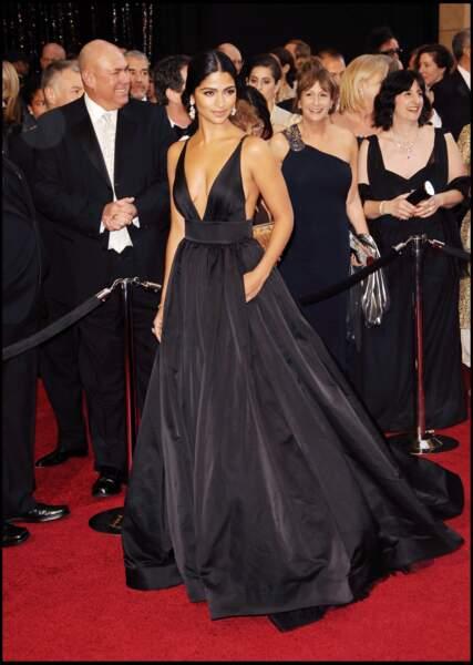 Camila Alves porte une tenue de Kaufman Franco à l'occasion de la 83e cérémonie des Oscars en 2011. Sublime, son décolleté met son buste ainsi que son port de tête en valeur.