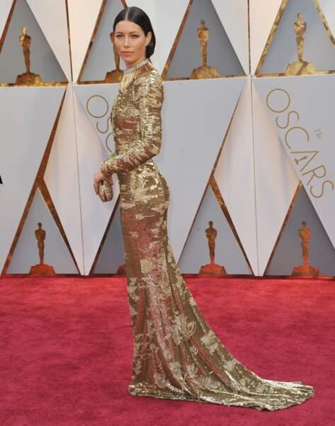 Jessica Biel porte une robe gold Kaufman Franco pour la 89e cérémonie des Oscars en 2017