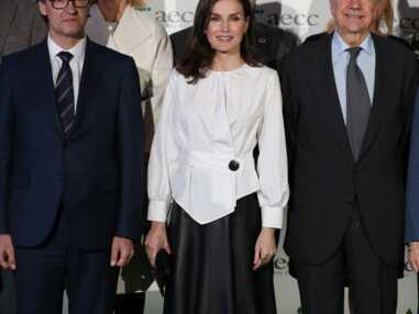 Letizia d'Espagne chic en jupe en cuir et une blouse asymétrique