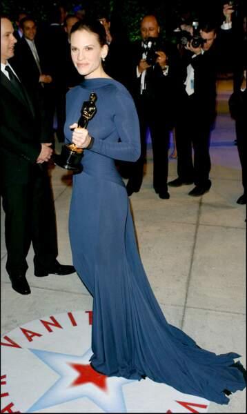 Hilary Swank est apparue aux Oscars 2005 dans une sublime robe de soie signée Guy Laroche.