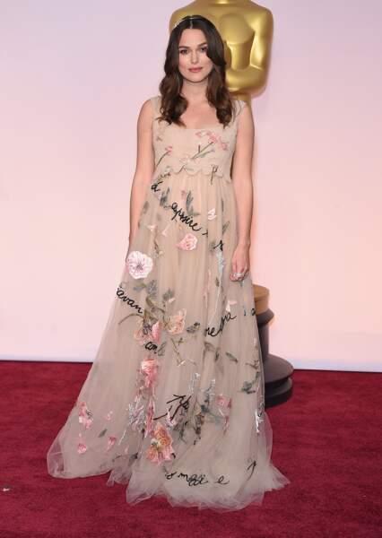 Pour les Oscars de 2015, Keira Knightley enceinte, porte une adorable robe de la maison Valentino