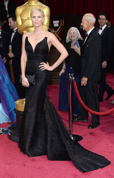 Charlize Theron est égérie de Dior Couture,  et porte une sublime robe noire de la maison pour les Oscars de 2014