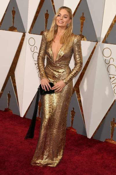 Margot Robbie s'est présentée à la 88e cérémonie des Oscars dans une magnifique robe Tom Ford dorée, cintrée à la taille et arborant un décolleté raffiné. (2016)