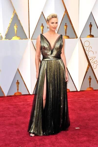 Charlize Theron en robe fendue et décolletée en 2017.