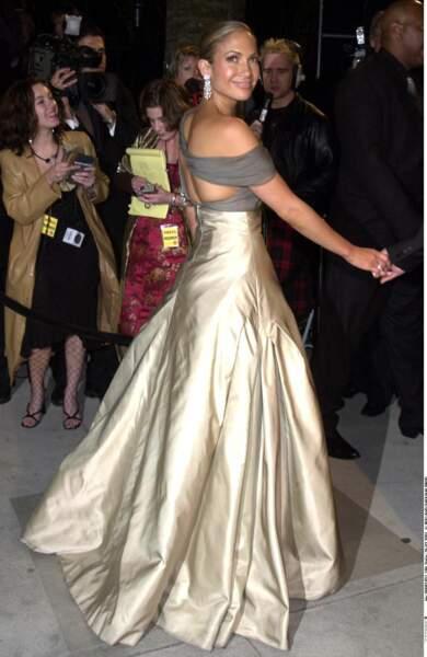 Jennifer Lopez porte une robe Chanel aux Oscars en 2001
