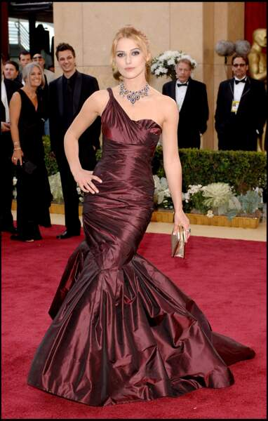 Keira Knightley dans une robe bordeaux en taffetas signée Vera Wang pour les Oscars de 2006