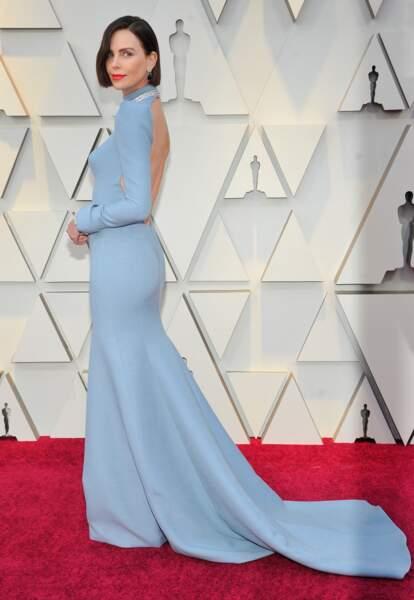 Charlize Theron fait sensation dans une robe Dior bleu pâle et dos-nu lors de la cérémonie des Oscars en 2019