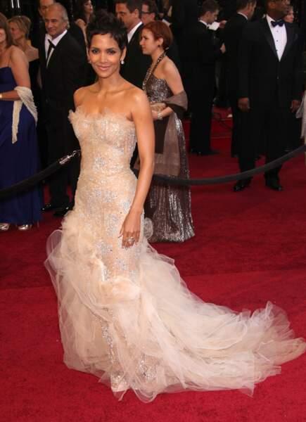 Halle Berry sublime dans une robe Marchesa à l'occasion de la cérémonie des Oscars 2011