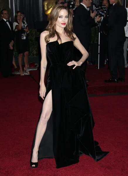 Angelina Jolie dans une robe de velours noir fendue  de l'Atelier Versace aux Oscars de 2012
