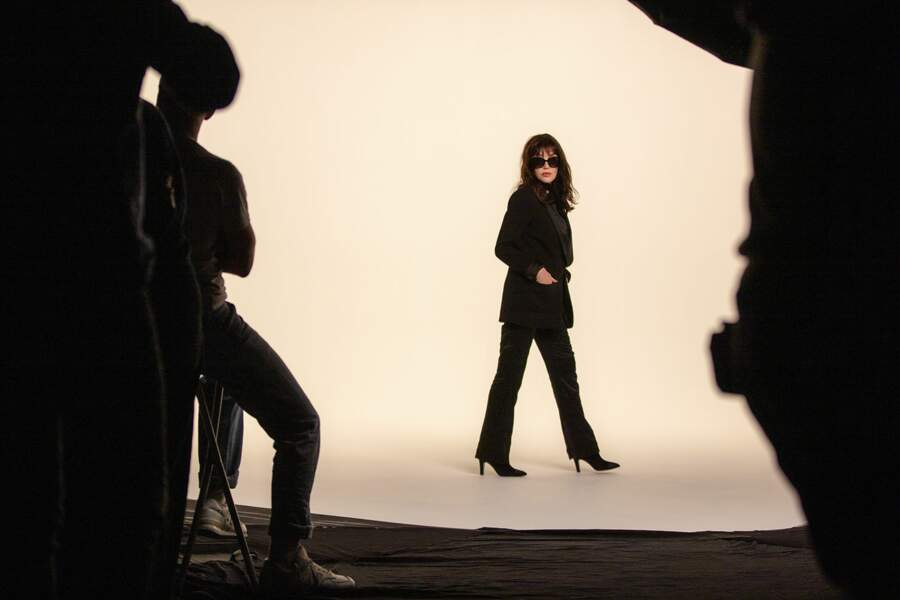 Isabelle Adjani porte une paire de lunettes de soleil carré en acétate noir.