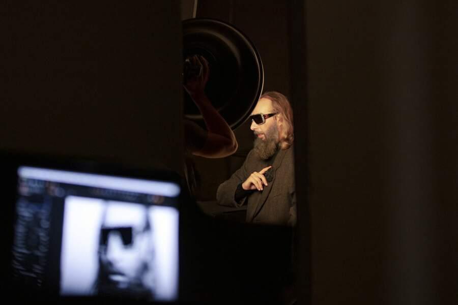 Sébastien Tellier porte un modèle de lunettes masque accessoirisé de tweed.