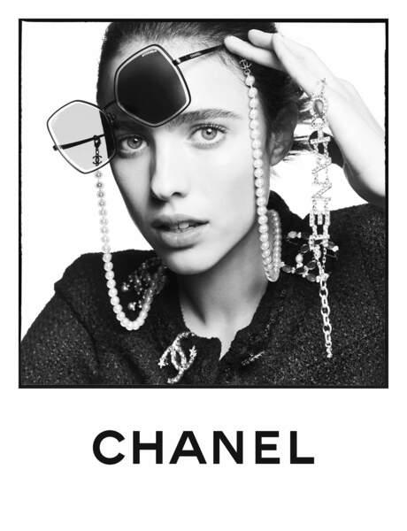 Margaret Qualley, la fille de l'actrice Andie McDowell, est aussi égérie de cette campagne Eyewear de Chanel, été 2020.
