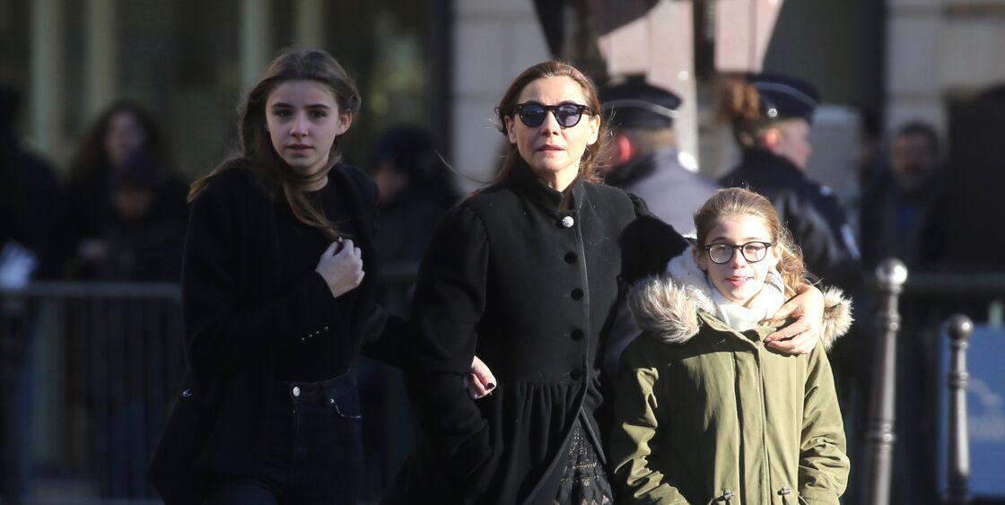Clotilde Courau, entourée de ses filles Vittoria et Luisa, lors des obsèques de Johnny Hallyday, à la Madeleine, le 9 décembre 2017.