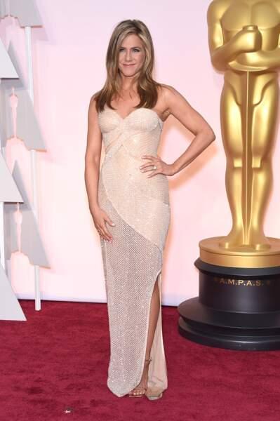 En 2015, Jennifer Aniston opte pour une robe brillante légère en transparence et fente apparente. Sexy, mais pas trop pour cette cérémonie des Oscars de 2015