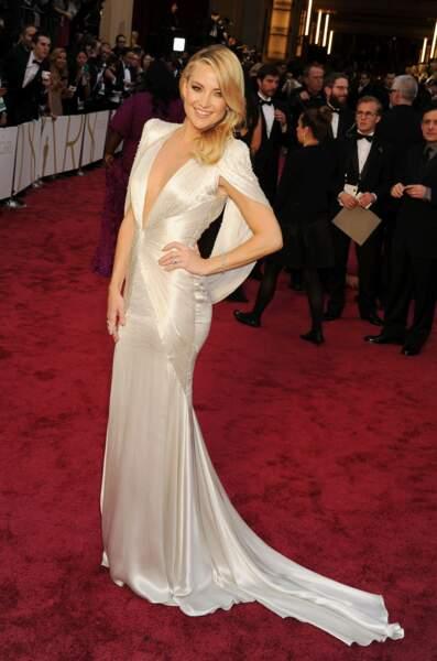 Kate Hudson porte une robe sublime et sexy à l'occasion des Oscars de 2014