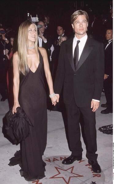 Jennifer Aniston sublime avec un décolleté plongeant accompagnée de Brad Pitt pour la soirée Vanity Fair Oscar Party en l'an 2000