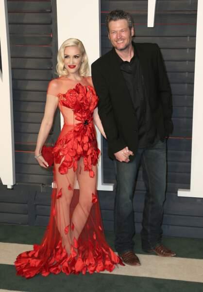 Gwen Stefani dans une robe, Yanina Couture, rouge et transparente lors de la soirée Vanity Fair Oscar Party en 2016