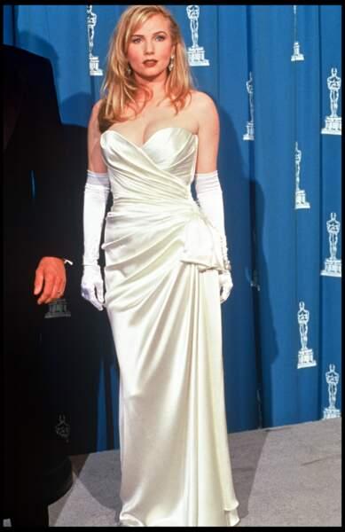 Rebecca de Mornay était à la soirée des Oscars en 1992 avec une robe blanche drapée et un magnifique décolleté