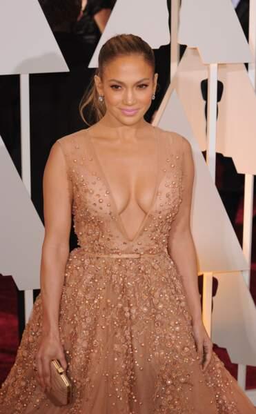 Jennifer Lopez a choisi une création Elie Saab au  sublime décolleté pour participer à la cérémonie des Oscars de 2015