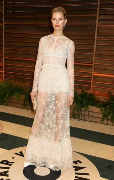 Karolina Kurkova est en robe blanche tout en transparence et dentelle de la maison Elie Saab. Elle porte cette tenue pour la soirée Vanity Fair après les Oscars 2014 à West Hollywood