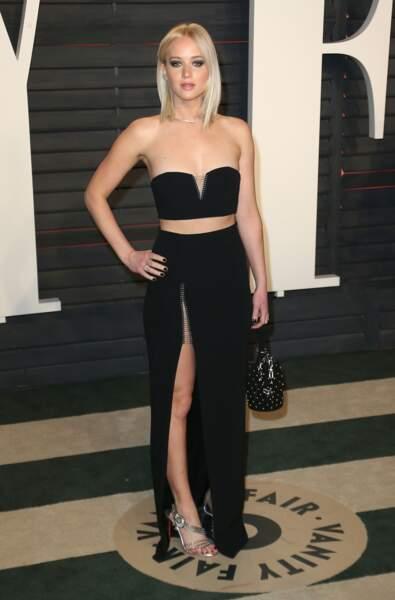 Jennifer Lawrence arrive à la soirée Vanity Fair Oscar Party dans une robe Dior haute couture. Raffinée et sexy, elle est sublime pour ces Oscars 2016