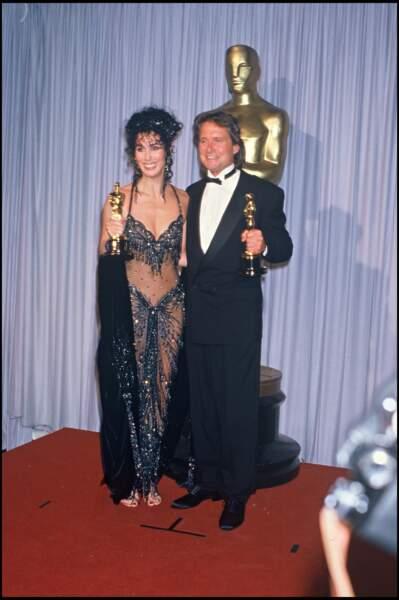 Cher porte une tenue brillante et transparente à l'occasion de la soirée des Oscars de 1988
