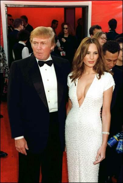 Melania Trump est arrivée lors de la cérémonie des Oscars 2001 dans une robe blanche à perle et au décolleté plongeant