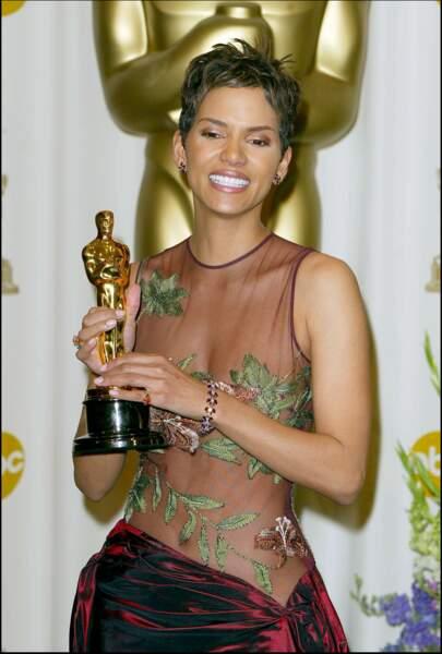 Hale Berry dévoile son corps dans une tenue signée Elie Saab pour la cérémonie es Oscars en 2002