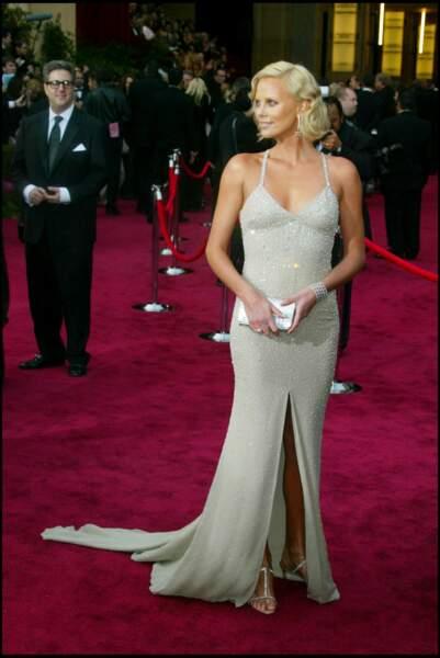 Charlize Theron sublime et sexy dans une robe Gucci à paillette pour la soirée des Oscars en 2004