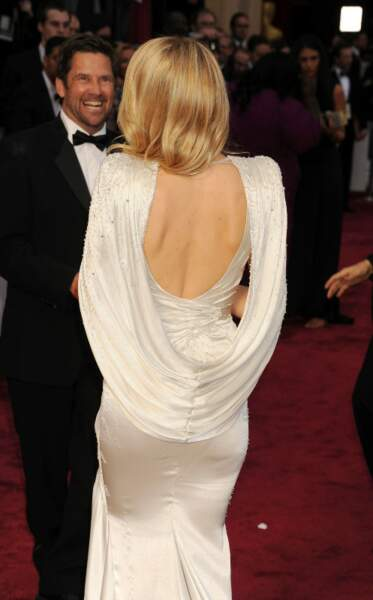 Kate Hudson sexy et glamour au possible dans cette robe Versace au dos nu très travaillé en 2014