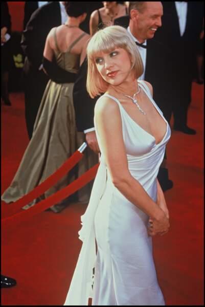 Courtney Love porte une robe de satin moulante et décolletée pour la cérémonie des Oscars de 1997.