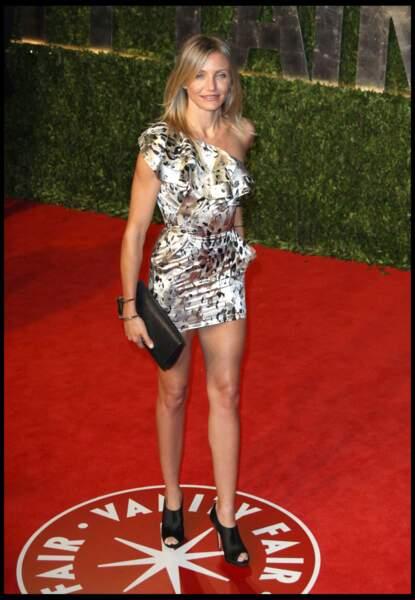 Cameron Diaz porte une mini robe moulante en imprimé soyeux et manche asymétrique. Stylé et sexy, pour la soirée officiel de Vanity Fair After Oscars en 2011