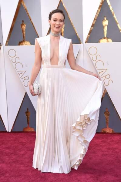 Olivia Wilde porte une robe blanche soulignée par un magnifique décolleté aux aires de Grèce Antiques, pour la cérémonie des Oscars en 2016