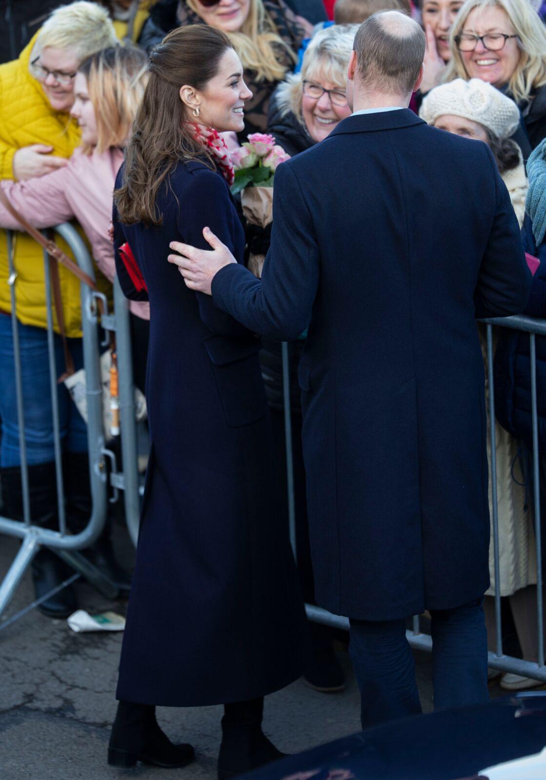 Un geste tendre de William envers Kate, alors qu'ils saluaient les foules de Port Talbot, ce 4 février.