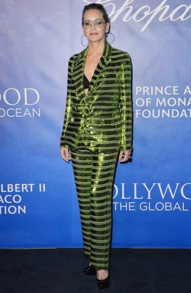 Sharon Stone décomplexée avec ses maxi créoles, son smoking flashy et ses lunettes teintées.