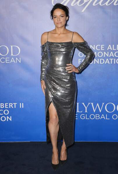 Michelle Rodriguez sexy en robe fendue et scintillante.