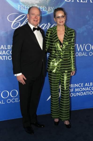 """Le prince Albert II de Monaco prend la pose tout sourire avec Sharon Stone lors de la Soirée de gala """"Global Ocean"""" à Hollywood le 6 février 2020."""