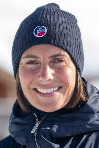 Bonnet, crème soleil et sourire communicatif pour Alessandra Sublet