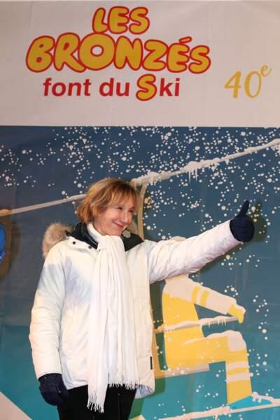 """Pour les 40 ans des """"Bronzés font du ski"""" Marie-Anne Chazel a sorti le grand jeu : doudoune, gant et SPF dans son soin visage"""