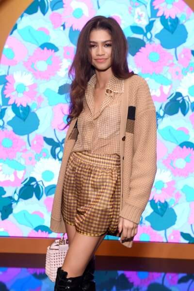 L'actrice a mixé les imprimés ! Elle portait une blouse et un short en imprimé Vichy ainsi qu'un cardigan oversize beige.