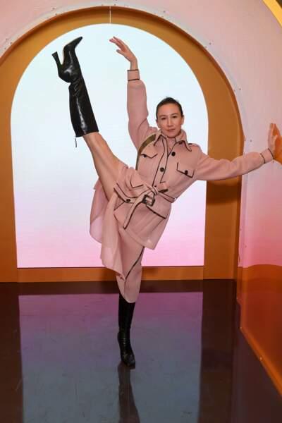 La danseuse de ballet Isabella Boylson gracieuse en ensemble rose Fendi.