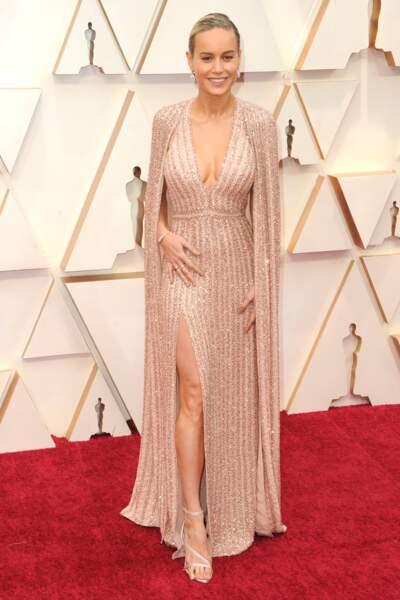 Brie Larson fait appel à la maison française Celine pour sa robe fendue éclatante.