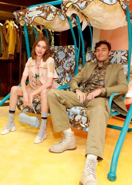 Les amoureux Lila Flowers et Adam Bartoshesky dans la balançoire Fendi prennent la pose pour les photographes.