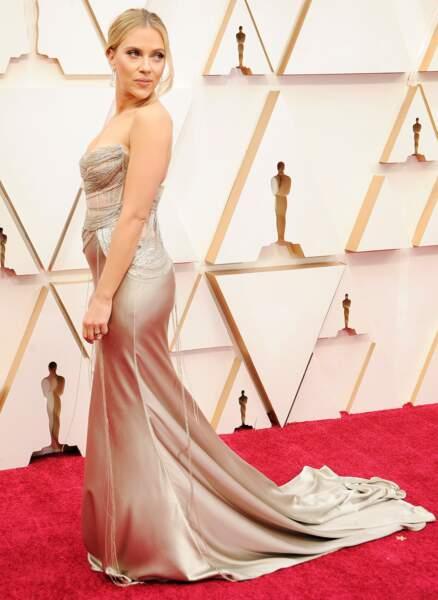 Scarlett Johansson succombe au bustier en Oscar de la Renta.