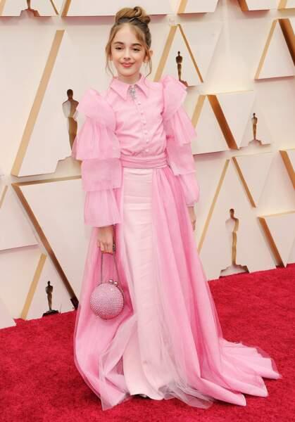 La jeune Julia Butters se démarque dans une création rose bonbon Christian Siriano.
