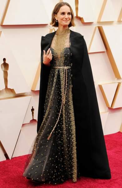Sur la cape qui accompagne sa robe Dior, Natalie Portman a fait broder le nom des réalisatrices non nominées par l'Académie des Oscars.