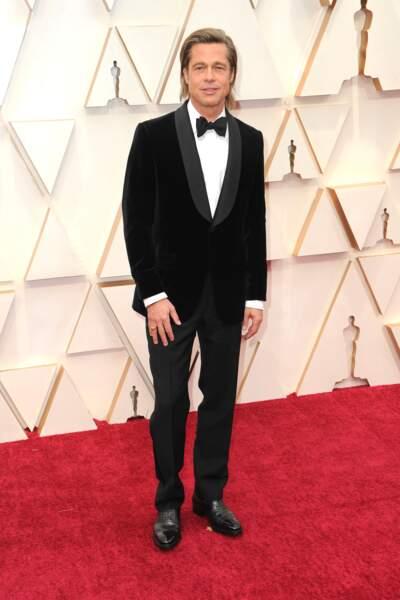 Brad Pitt joue son rôle d'égérie de la marque Brioni en portant un de leur modèle sur le tapis rouge.