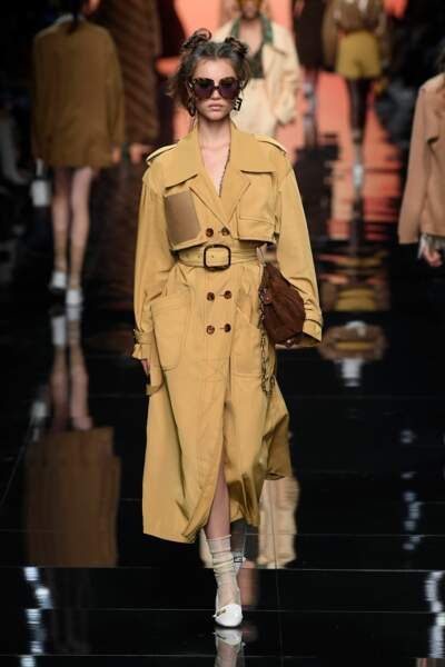 Trench long en organza technique, 2300 €, FENDI.