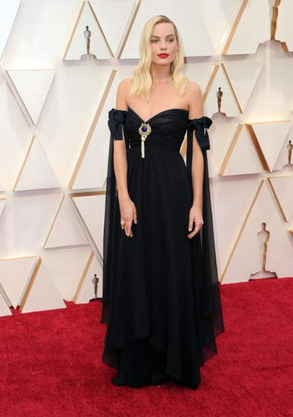 Puisque c'est une spécialité de la maison, c'est aussi Chanel qui crée la robe noire de Margot Robbie.